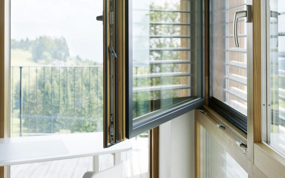 Открытое алюминиевое окно
